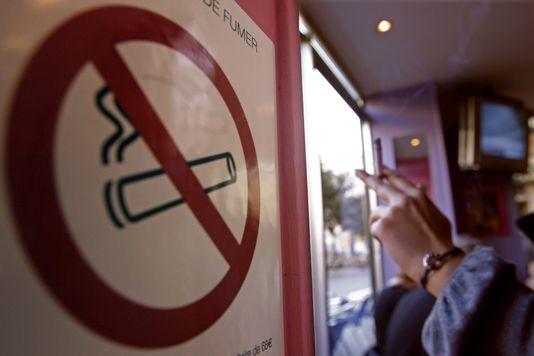 1015244_7_1bb5_un-panneau-d-interdiction-de-fumer-dans-un-bar_34361f89d10b10f7ac9013c8f792ab4e