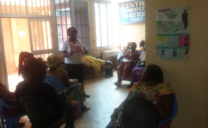 Dans l'attente de leurs examens, les femmes sont sensibilisées  sur la prévention du tabagisme et des cancers.